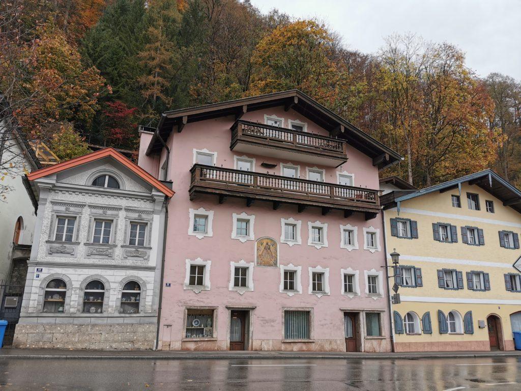 Berchtesgaden bei Regenwetter: Die bunten Häuserfassaden im Nonntal
