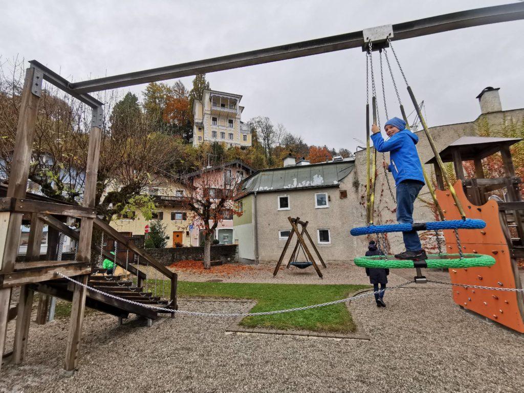 Ausflugsziele Berchtesgaden bei schlechtem Wetter: Spielplatz Berchtesgaden mit Kindern bei Regen - direkt im Ort bei der Bücherei