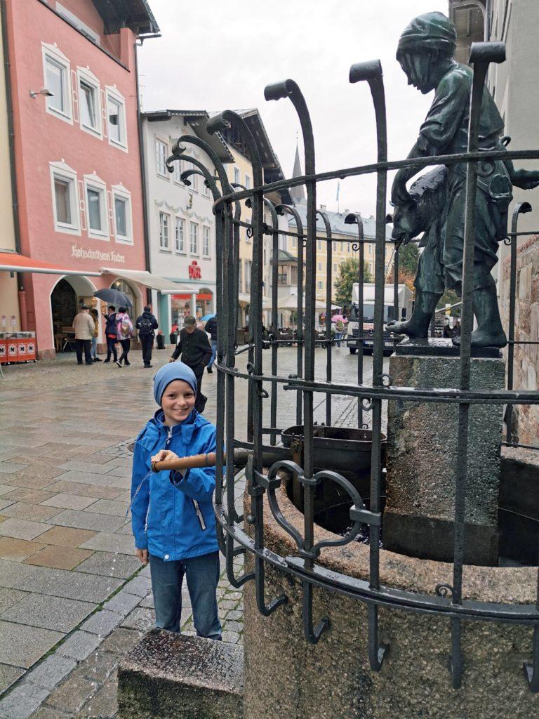 Berchtesgaden mit Kindern bei Regen - cooler Brunen mit Wasserspiel