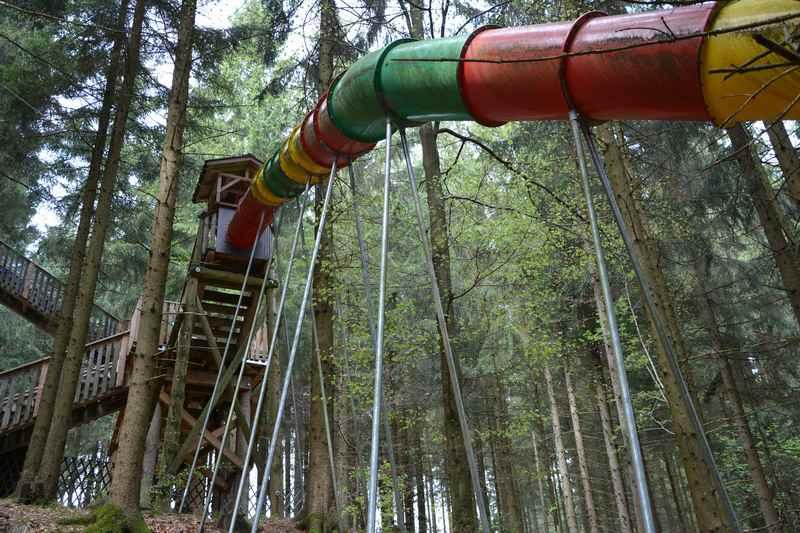 Die 50 Meter lange Rutsche am Baumkronenweg