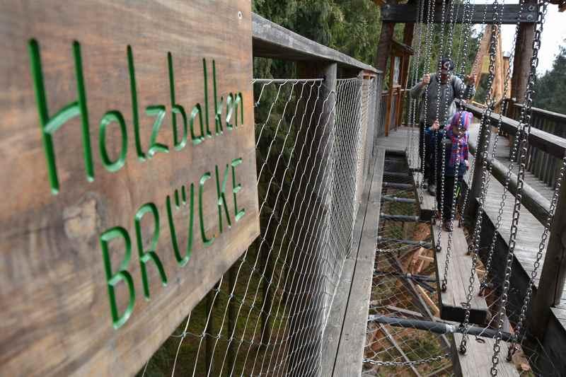 Auch über die Holzbalkenbrücke gilt es am Baumkronenweg zu Balancieren