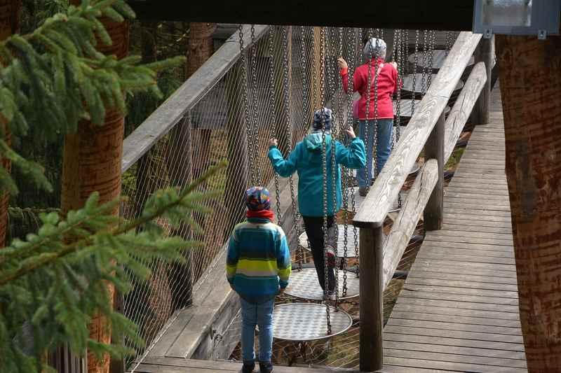 Kinder am Baumkronenweg Kopfing:  Nach dem Aussichtsturm kommt ein Abschnitt zum Balancieren für die Kinder