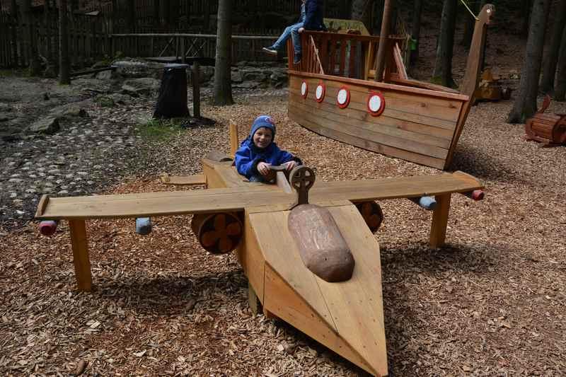 Der Spielplatz am Baumkronenweg mit verschiedenen Holzstationen