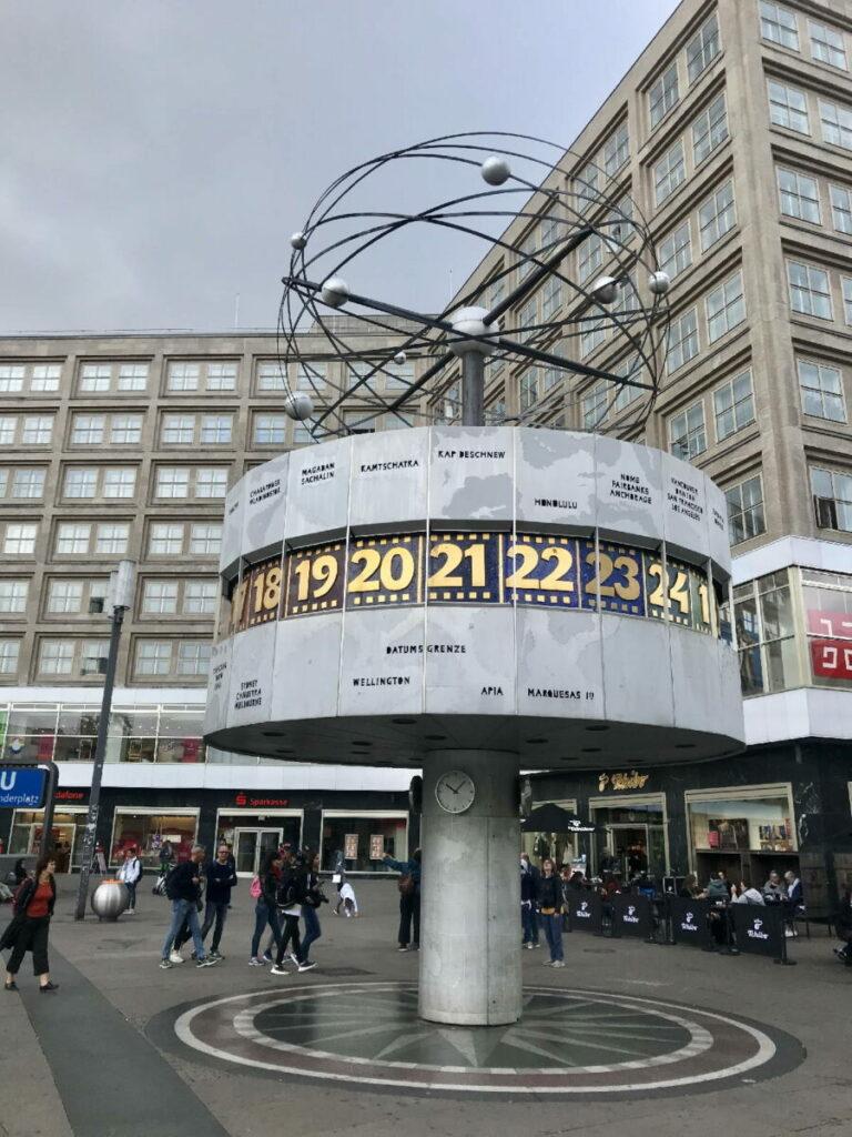 Sehenswürdigkeiten Deutschland - die riesige Weltzeituhr auf dem Alexanderplatz in Berlin