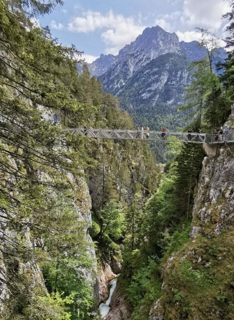 Sehenswürdigkeiten Deutschland - die Leutaschklamm mit dem Karwendel