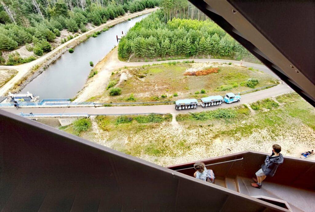 Aussichtsturm Rostiger Nagel mit Blick auf den Kanal, der den Sedlitzer See und Geierswalder See verbindet