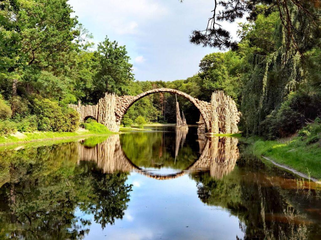 Geheime Deutschland Sehenswürdigkeiten - die Rakotzbrücke mit dem Rakotzsee