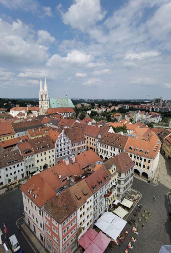 Entdecke mit uns die besten Görlitz Sehenswürdigkeiten - der Blick vom Rathausturm zum Nicolaiturm