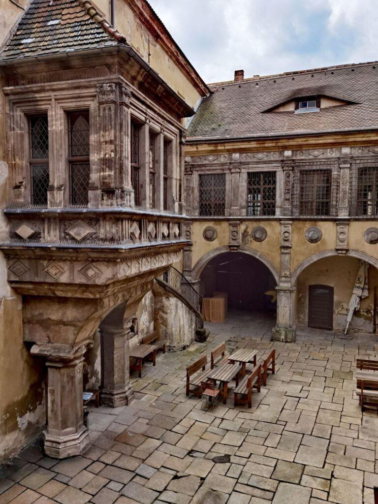 Der historische Innenhof des Rathauses ist eine der Görlitz Sehenswürdigkeiten und war oft auch Filmkulisse