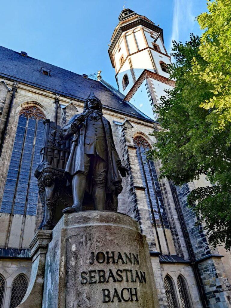 Leipzig Sehenswürdigkeiten - die Thomaskirche mit dem Johann Sebastian Bach Denkmal